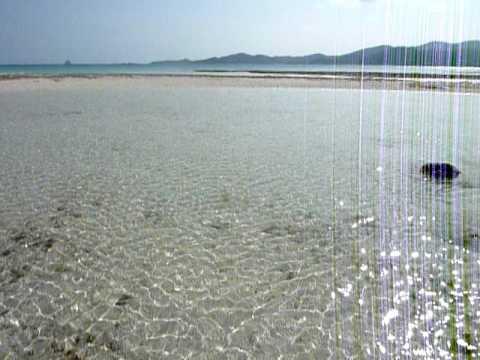 久米島近くの奥武島。沖の海は輝いています。