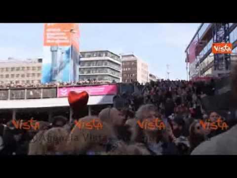 Stoccolma, fiori e canzoni: la Lovefest in memoria delle vittime dell'attacco #t