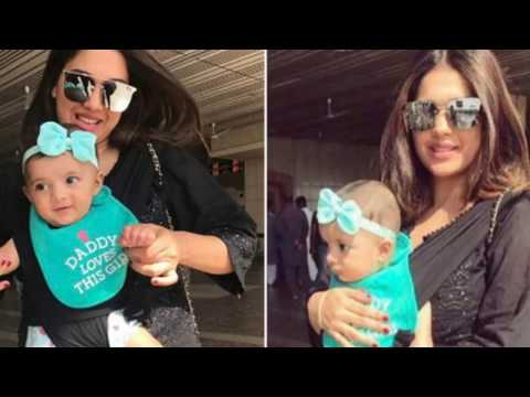 Sanam Jung with her Cute Daughter Alaya at Lahore Airport After Hum Award 2017