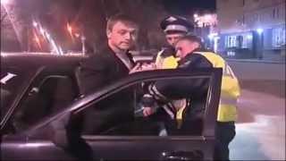 Rosja - naćpany kierowca rozmawia przez paczke fajek