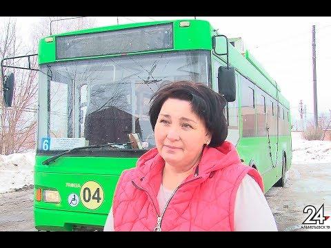 За рулем – неслабый пол: Гульназ Гафиятуллина из Альметьевска сменила офис на кабину троллейбуса