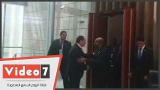 بالفيديو..عمر البشير يصل للقاء الرئيس السيسي بمقر انعقاد القمة الأفريقية بإثيوبيا