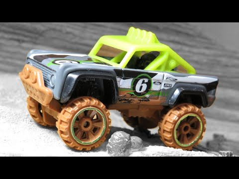 Hot Wheels Custom Ford Bronco - Off-Road Trucks (2019) 2/6