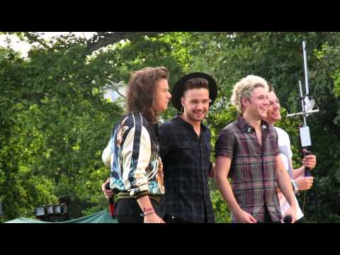 One Direction waving at Fans on GMA (4.8.15)