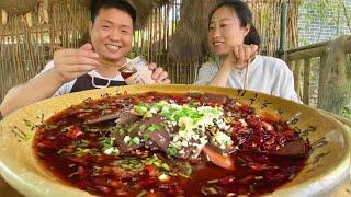 """端午節表姐來送粽子,老弟做""""毛血旺"""",香辣過癮,兩人拌飯吃美了! 【鐵鍋視頻】"""