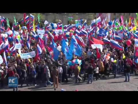 RAW: 100,000 march on Red Square to celebrate International Workers