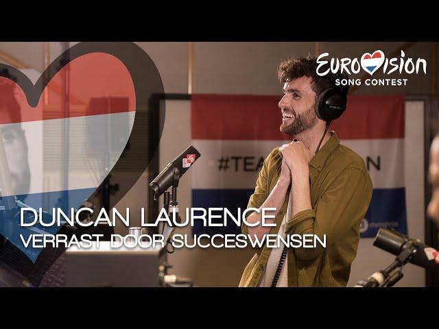 Duncan Laurence verrast door Bart Arens met succeswensen van vrienden, familie en bekenden