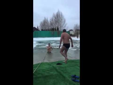 Поу купается