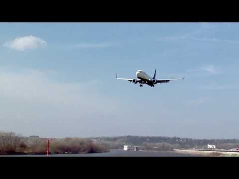 Delta 737-800 Landing Kansas City Downtown Airport