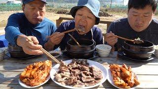 한우 사골 가마솥에 푹 고아서 [[한우 곰탕 (Korean beef bone soup)]] 요리&먹방!! - Mukbang eating show