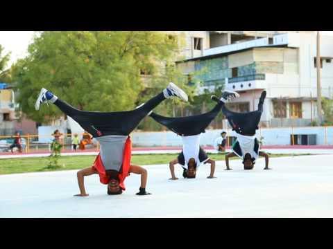 RAM CHARAN NEW VIDEO, YEVADU FREEDOM SONG PERFORMED BY MANI KANTA FREAK DANCE FLOOR BELLARY