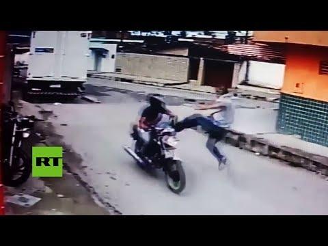 Lanza una patada voladora a un ladrón en moto cuando percibe que lleva un arma de juguete