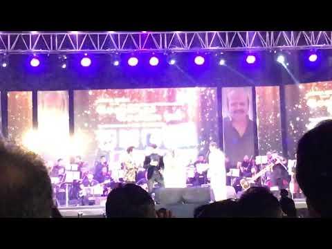 Udit Narayan and Alka Yagnik singing Kaho Na Pyaar Hai live in concert -Roshan Se Roshan Tak(Mumbai) Mp3