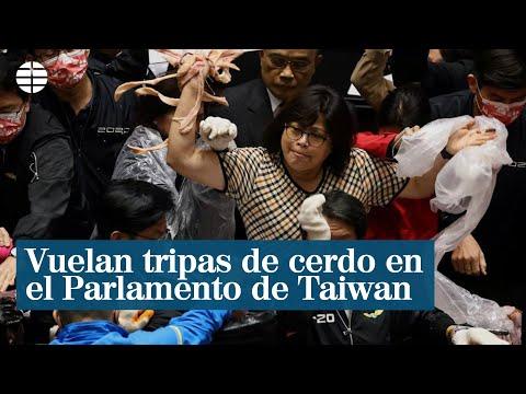 Vuelan tripas de cerdo en el Parlamento de Taiwan