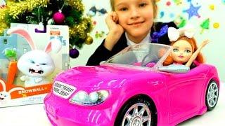 Видео про куклы для девочек. Девочка играет с машинкой
