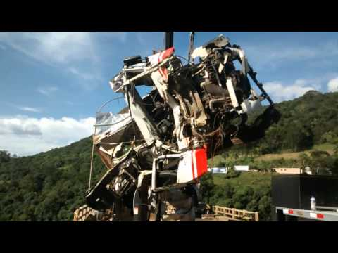 Caminhão que caiu da ponte é removido do Rio do Peixe