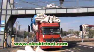 eleşkirt'te saman yüklü kamyon üst geçide saatlerce takılı kaldı