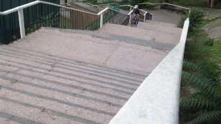 Вверх по лестнице на велосипеде