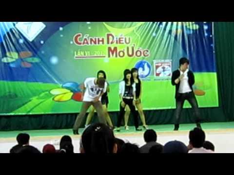 Nhóm nhảy hiện đại lớp 11T2 của trường THPT PBC
