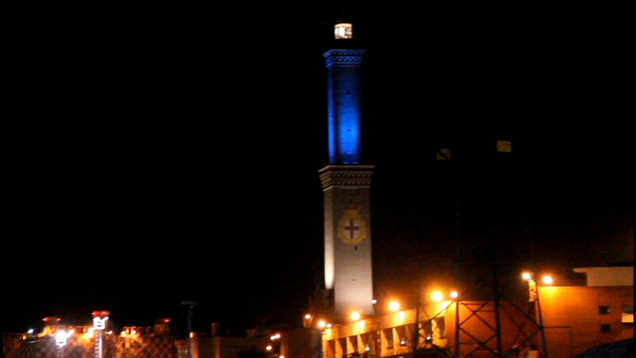 La nuova illuminazione al Led della lanterna di Genova 2017 - YouTube