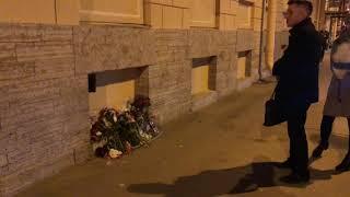 Без комментариев: стихийный мемориал памяти Анастасии Ещенко в Петербурге