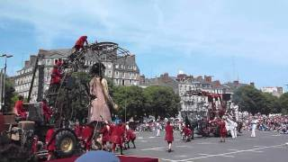 La Petite Géante et Xolo se réveillent place de la Petite-Hollande