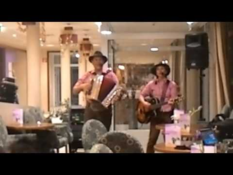 Die Zwei Urigen performing in Hallein