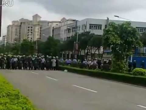 Guangdong residents stand off with police in protest (5)