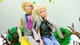 Детские игрушки и игры для девочек: куколка Барби замерзла. Видео про одевалки на ютуб