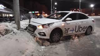 Ночью такси Uber подскользнулось и влетело в столб