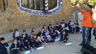 バルセロナにある名観光地であるグエル公園で地元の子供たちが遠足に来...