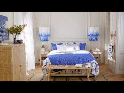 Un dormitorio en blanco y azul