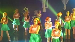 """אגם הלפרן רוקדת לצלילי """"מגפיים"""" במופע השנתי """"Love דווקא"""" (מרץ 2016)"""