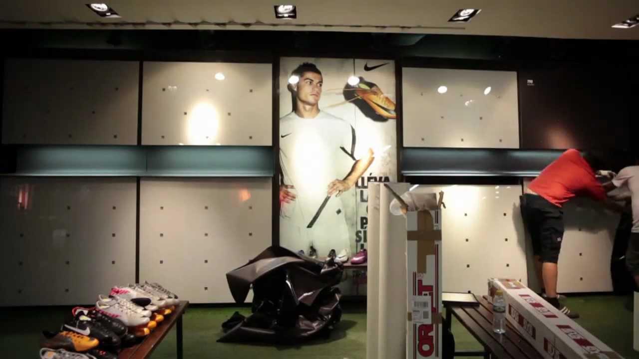 Nike decoracion e instalacion de vinilos en tienda youtube for Decoracion deportiva