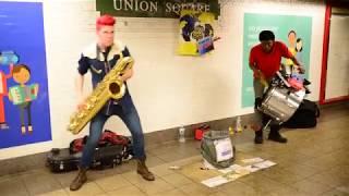 Уличный саксофонист Развлекает людей в переходе Street musician Уличный музыкант