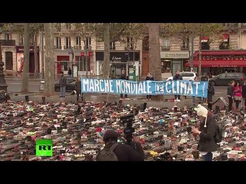 Des paires de chaussures «manifestent» Place de la République à la veille de la COP21