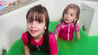 SLIME BATH CHALLENGE WITH LAURINHA ! Fiz uma banheira de Slime Bath gigante !