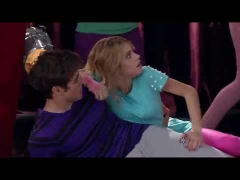 Людмила толкнула Виолетту, а она упала на Леона
