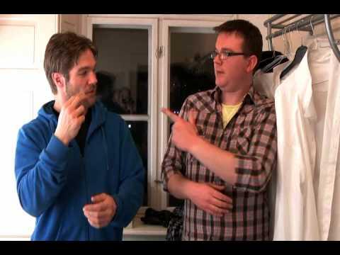 Se David Owe lære dansk tegnsprog