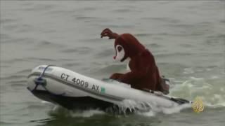مهارات التزلج على المياه يقدمها بابا نويل