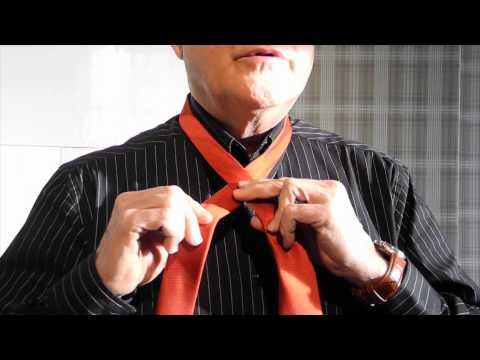 Sven knyter en enkel engelsk slipsknut