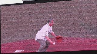 20190517 ヤクルトOB八重樫幸雄さん。キャッチャーミット片手に独特な始球式.