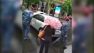 Քաղաքացու մեքենան կարմիր բերետավորների աքացու տակ