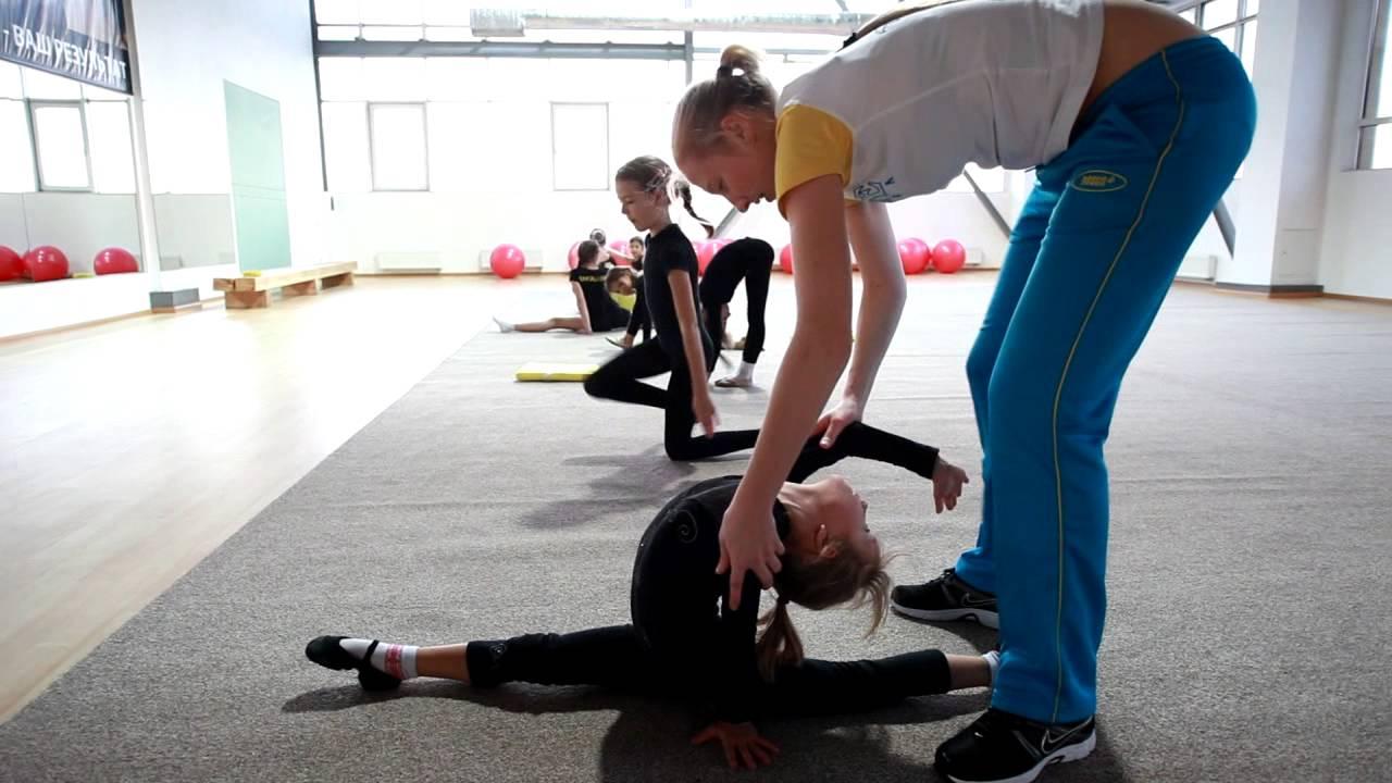 Девочки нудистки с тренером занимаются гимнастикой видео 3 фотография