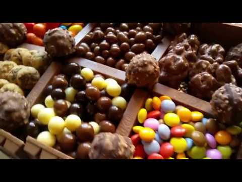 Tarta kit kat con decoración de golosinas de chocolate | Comer con poco