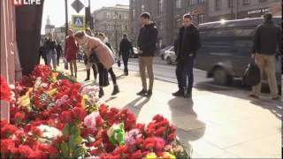 Смотреть видео Взрыв в Санкт-Петербурге. Оператор снял людей, возможно причастных к трагедии онлайн