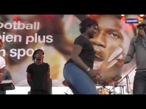 COCODY TV, une fille défie les danseurs de DJ Mix à l'espace can de l'université FHB