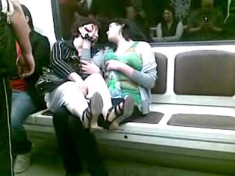 в метро лесби