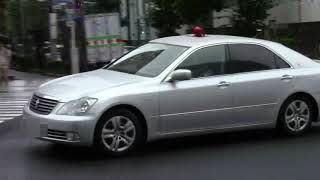 【警察】信号無視の白いミニバンを追う銀色覆面パトカー