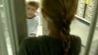 Девочка заблудилась в стеклах
